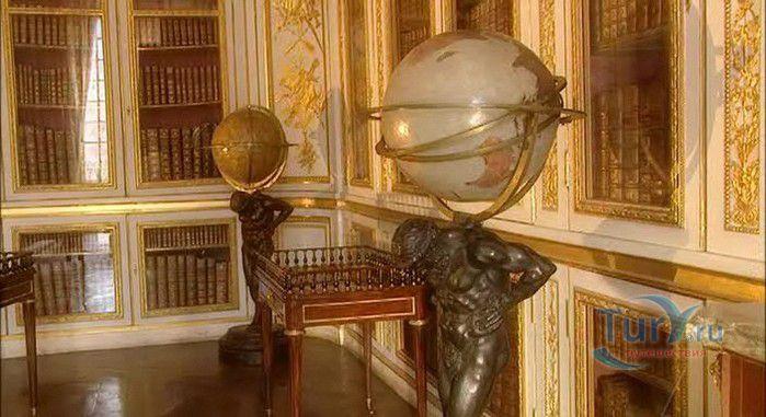 Версальский дворец со множеством залов впечатлит вас!